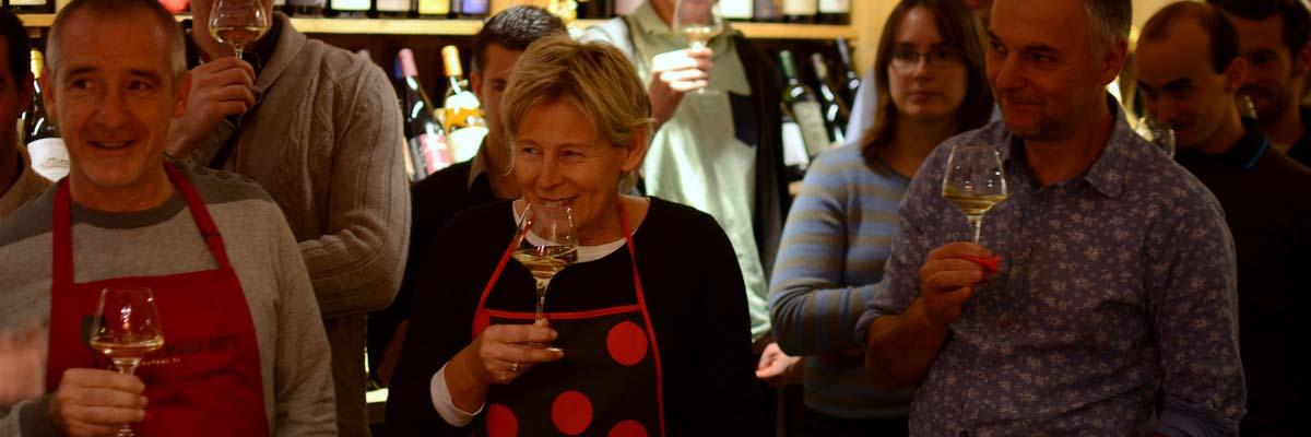 L'apéro-oenologique est à mi-chemin entre le bar à vin et le cours d'œnologie
